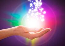 immagine di mano con luce e fondo viola