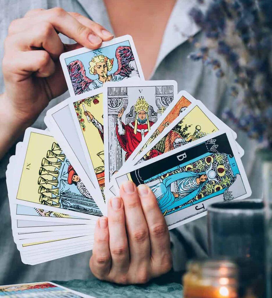 cartomanzia con PostePay carte tarocchi in mano a cartomante